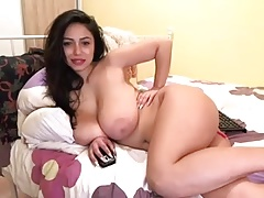 Busty Latina makes hot cam show
